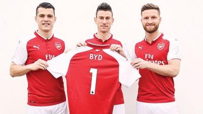 扎卡、科斯切尔僧和穆斯塔菲足持印有BYD字样的球衣折影。