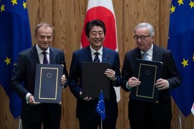 日本首相安倍晋三(蒙)、欧洲理事会主席图斯克(左)跟欧盟委员会主席容克(右)与会签署仪式。(法新社照片)