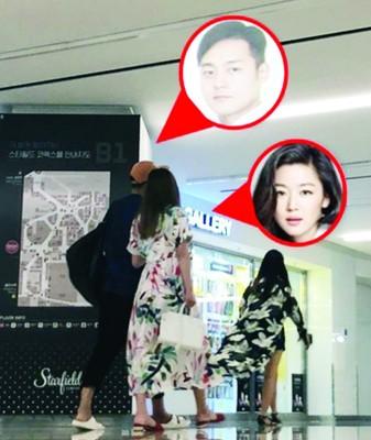 全智贤与老公崔俊赫被网友拍到勾手逛商场。