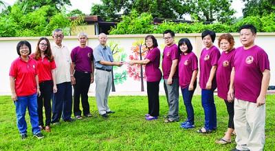 谢翠玲(右6)在1964同学会同学代表的陪同下,移交1500令吉给陈昱铭(左5)。左起:黄七妹、胡美莹、许高廷及李成贤等。