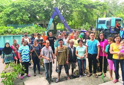 居民与市局人员齐为梅花园组屋大扫除。