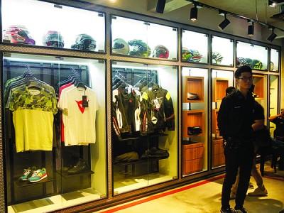 时尚摩登的精品柜将带给客户们不一样的消费体验。
