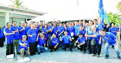 郑再安与在竞选期间帮助他很多的马华巴东勿刹区会成员合影。