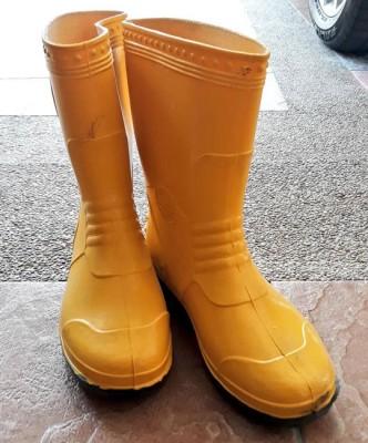 杨巧双说,那是黄田志为她购买的黄色雨靴。