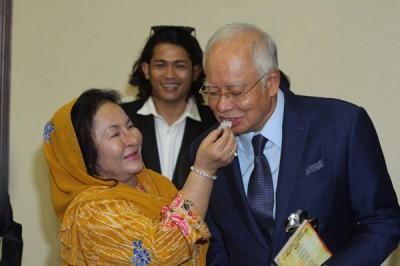 前首相拿督斯里纳吉今日在夫人拿汀斯里罗斯玛陪同下,在国会大厦欢庆65岁生日。