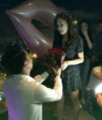 柯有伦下跪向女友求婚成功。