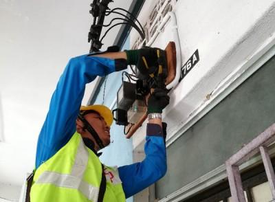 国能技术人员切割非法赌博中心在其他单位电表的接驳电线。