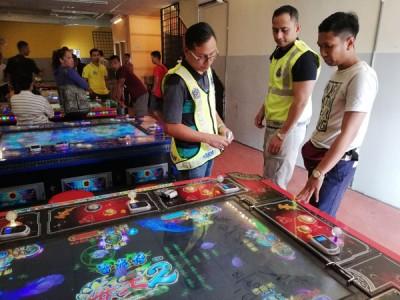 米都东江月一间非法赌博中心遭警方上门取缔。