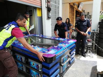 警方将赌博用途的打鱼机带返警察局。