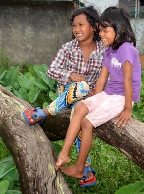 穷苦人家的孩子不知愁,看她们笑得多开心。