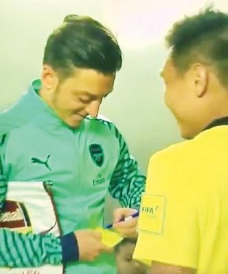 还能这么操作?裁判赛前请厄齐尔(图左)在黄牌上签名留念!周六晚在新加坡举行的国际冠军杯比赛中,阿仙纳队长厄齐尔在首发出战前,被新加坡籍当值裁判拦住索取签名。不过裁判是请厄齐尔在一张黄牌上签名留念,而厄齐尔在看到后也笑了出来,不过他还是欣然为裁判签了名。