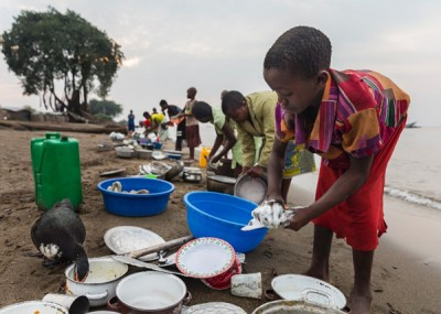 刚果共和国儿童在困难,轻受引诱。