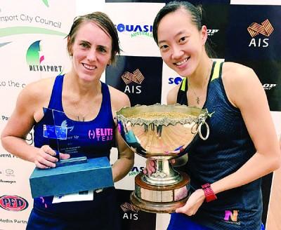 冠军得主刘薇雯(右)与亚军瑞雪格林罕领奖。