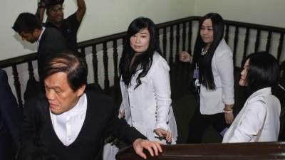 彭丽君在代表律师郑宝德,以及亲友等人陪同下进入高庭。