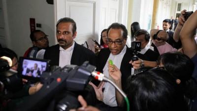 案件结束后,蓝卡巴与希达峇仁等律师在庭外向媒体发言。