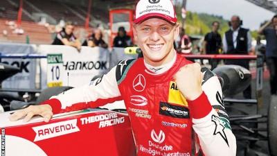 米克舒马克赛后兴奋庆祝获得个人职业生涯F3比赛的首场胜利。