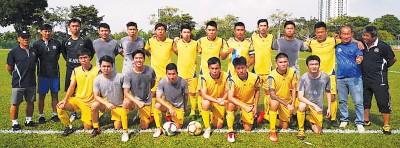 槟城华人足球队开赛前合影。