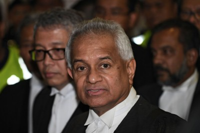 """汤米汤姆斯的生疏马来语,意料之外成为纳吉被控案的""""法外章""""。"""