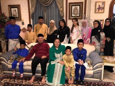 MH17罹难者家属,出席了纳吉的生日会。