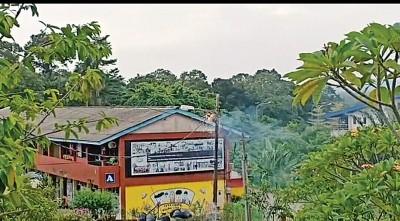 申达央一所小学灯柱突然爆炸冒烟起火,吓坏全校逾700名师生。