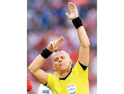 库伊佩尔斯近日指示皮奎亲手球的一幕。