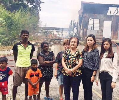 郑歆妤(右)表示克兰芝行动党将替火灾灾民向土地局申请天灾援助金。右2为李蕙如。