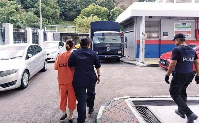 女嫌犯身穿橙色囚衣被警方带离法庭。