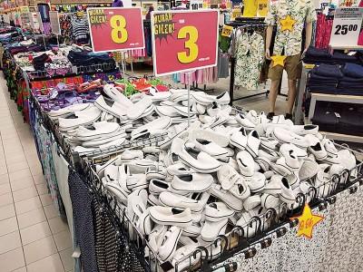 加央巨人超市推出半价优惠,每双白色校鞋只需最低3令吉,最高也只需8令吉,比平时的市场价格减至一半。
