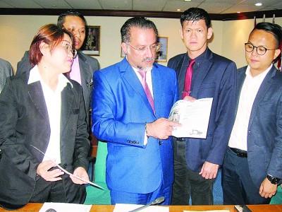 良好日星(左2)每当林秀琴(左起)、王耶宗以及魏子森当人口陪伴下,展示槟州希盟的竞选宣言提到的4起承诺已落实。