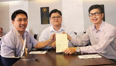 左起黄泳玮、江耀川与邝志祥被记者会上要民众把握机遇,以优化时间挪出时间还罚单。