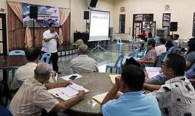 槟州兽医局派出官员与威北猪农的会面,讲解2009年饲料法令。