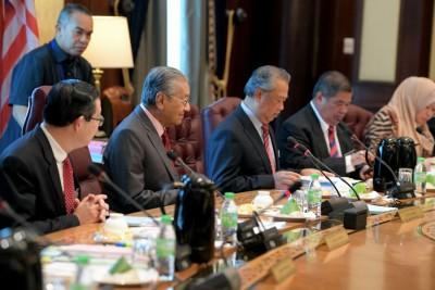 首相敦马主持内阁会议,旁为林冠英、慕尤丁、末沙布。