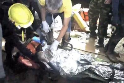 抢救人员抬出被困的少年。(法新社照片)