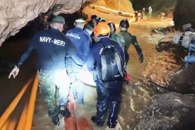 搜查救人员进洞内。(法新社照片)