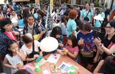 民众在庆典活动上,学习手艺文化。