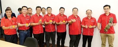 本报管理层在吉玻新闻中心合影,右起叶进煜、李兴前、林星发、陈文辉、林松荣、郑豪然、白裕斌及林亚振。