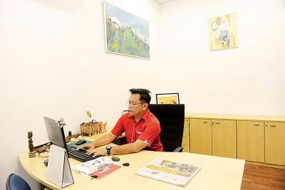 本报吉玻新闻中心经理陈文辉办公情形。