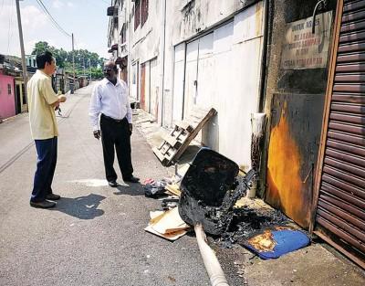 诊所牙医(左)向P古纳求助,诊所后巷已4度遭人纵火。