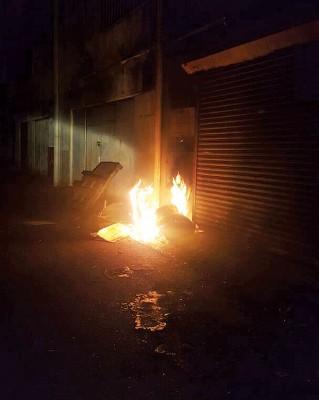 日前诊所后巷垃圾桶再遭纵火,甚至出动消拯员到场灭火。