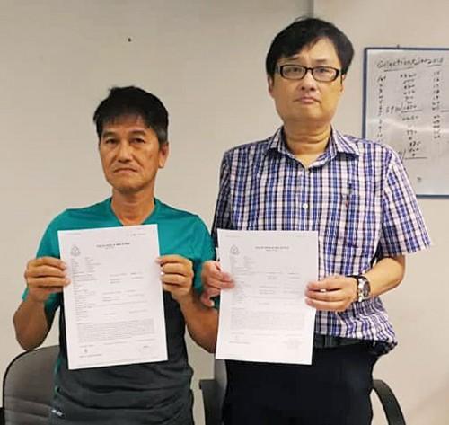 谢目光(左)在郑志文陪同下召开记者会,申诉不曾向大耳窿借钱。
