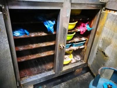 该餐厅生锈的冰箱内部。