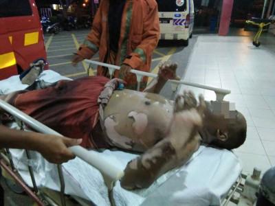 受伤男子被送往甲抛峇底医院接受治疗。 受伤男子被送往甲抛峇底医院接受治疗。