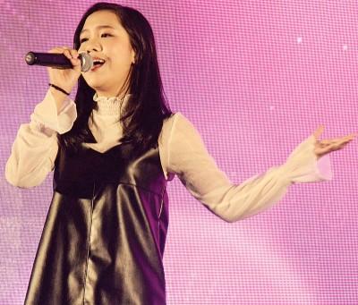 陈颖恩上台助兴献唱。