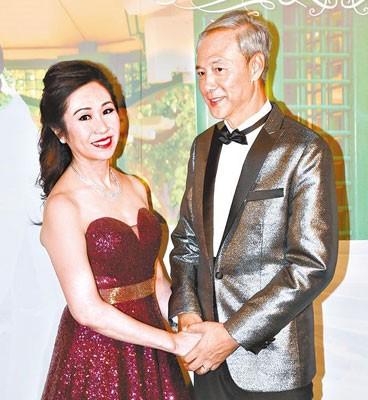 陈荣峻与吴香伦晚上设宴款待亲朋,并换上晚装见传媒。