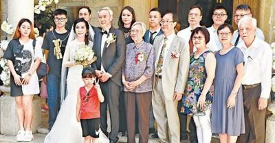 陈荣峻与吴香伦结婚,陈荣峻妈妈、儿孙四代同堂见证。