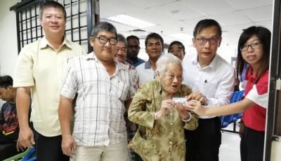 陈锦清在登记局外展示大马卡。