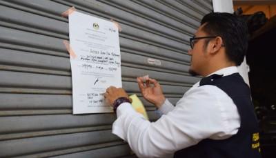 执法员贴上谕令,业者需在期限里整顿卫生。