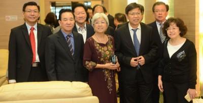 鲁世巍(右2)获得张莉(右起)、章瑛、叶谋连、陈坤海、郑来兴当人口前来接机。