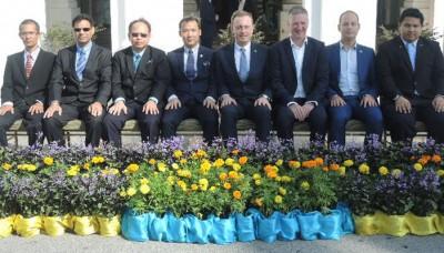 """阿得雷只是市长拜访槟岛市政厅,贪图为""""主客""""合照,左起阿翻开哈里市议员、哈宾达星市议员、槟岛市政厅秘书安南、槟岛市长尤端祥、阿得雷只是市长马丁希尔斯、轻恩希尔、宾圣、阿迪亚峇。"""