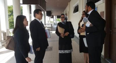 其三在代表律师左起吕欣喜伊、陈丰仁、阿兹丽娜、莎蒂雅,和玛哈默拉往,出庭闻讯。